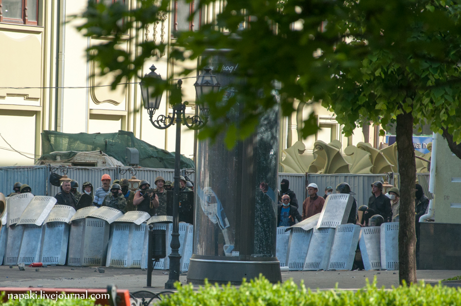 Photo: Pro-Russian paramilitaries firing shots behind the defensive line of riot police / credit: napaki.livejournal.com